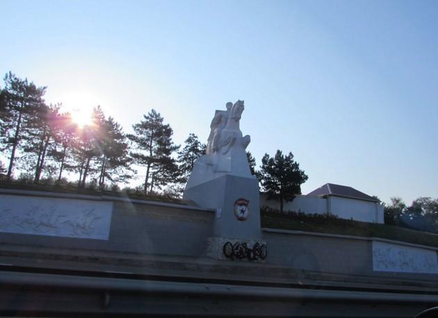 памятник на трассе м4