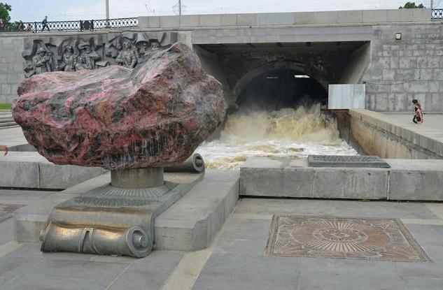 камень на плотинке