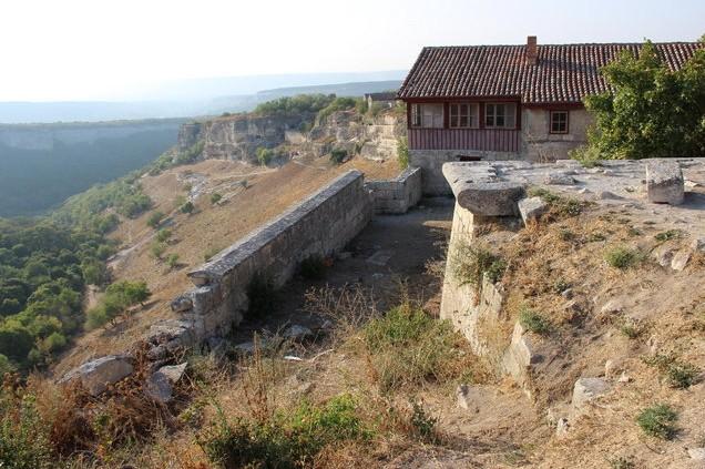 дорога в крым усадьба Вид на вершине плато просто завораживает, подумали, что было бы интересно пожить там один-два дня, например в этой усадьбе историка-этнографа А.Фирковича.