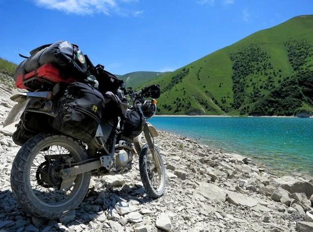 мотоцикл на берегу озера Казеной-Ам
