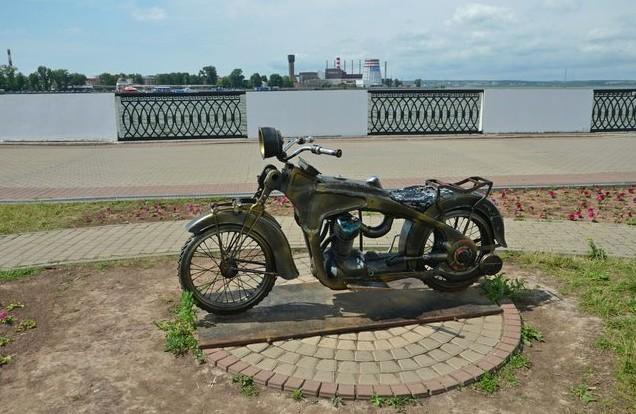 Интересные скульптуры на набережной Ижевского пруда. мотоцикл