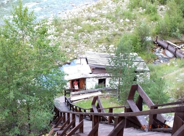 деревянная лестница к реке алла