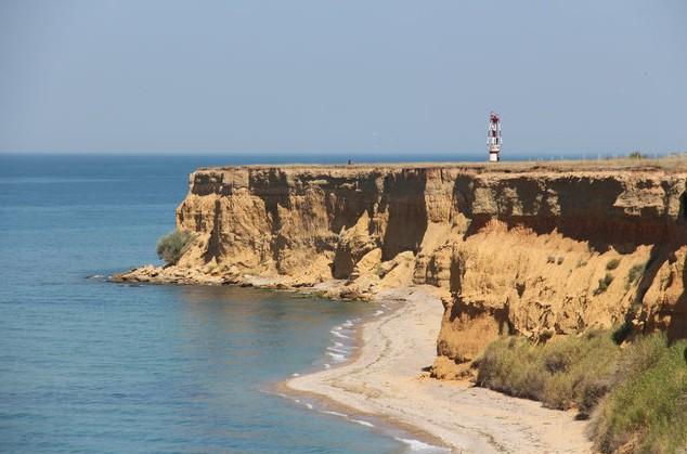 обрывистые берега в крыму и маяк