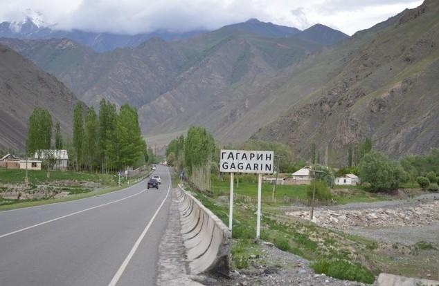 поездка на памир дорожный знак гагарин