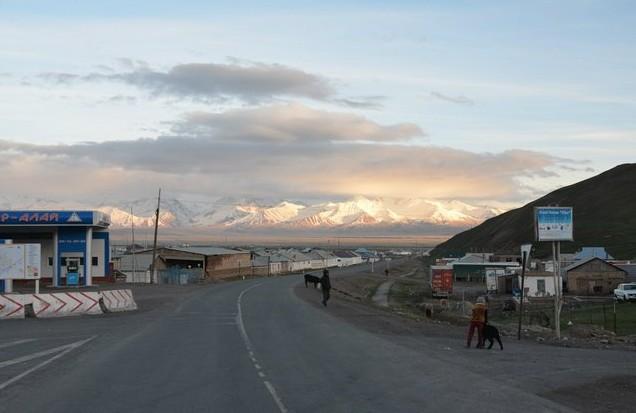 поселок сары таш га границе с таджикистаном