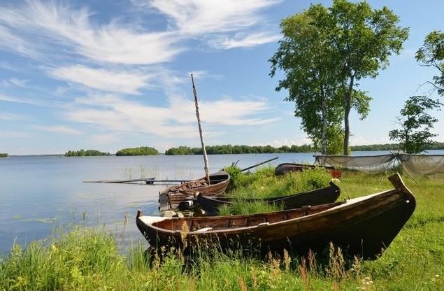 деревянные лодки на берегу