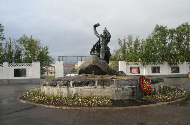 памятник простому мурманскому рабочему Анатолию Бредову