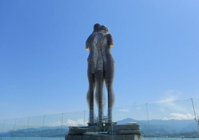 Вращающиеся семиметровые статуи Нино и Али