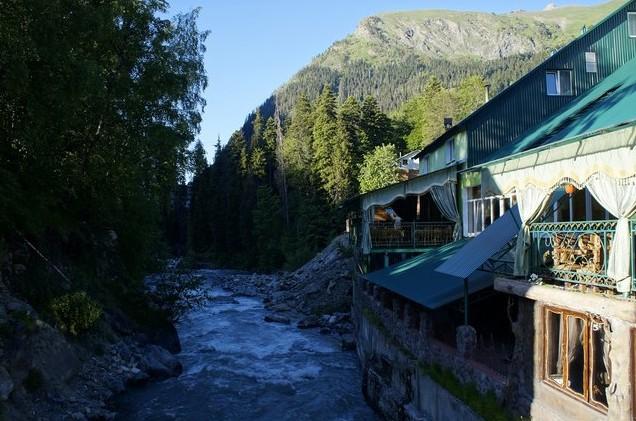 домбай река и отель