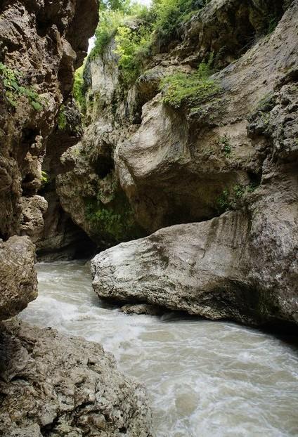 скалы и река в горах