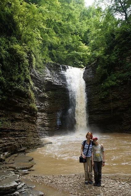 на фоне водопада руфабго