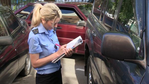 милиционер заполняет документы