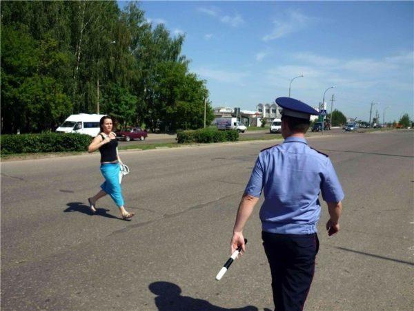 женщина перебегает дорогу