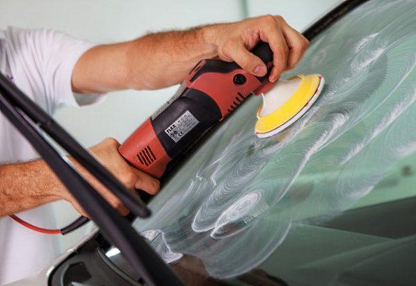 Как удалить и устранить царапины на стекле автомобиля своими руками
