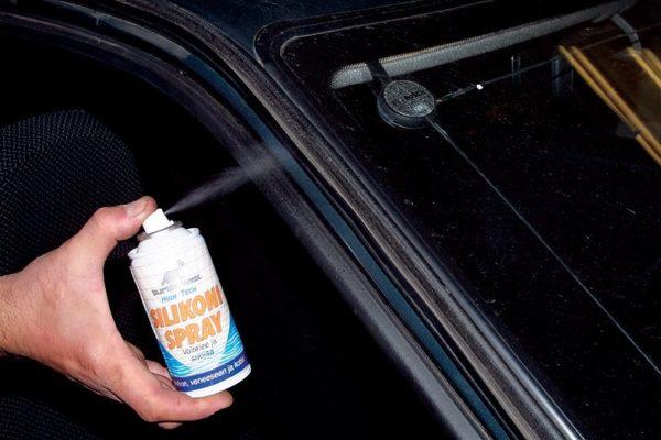 смазать двери автомобиля, чтобы не примерзали