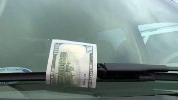 Деньги под дворником автомобиля - новый способ развода водителей