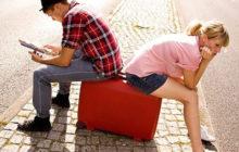женщина и мужчина сидят на чемодане
