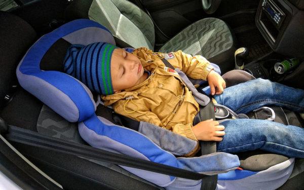 Со скольки лет можно возить детей на переднем сиденье машины