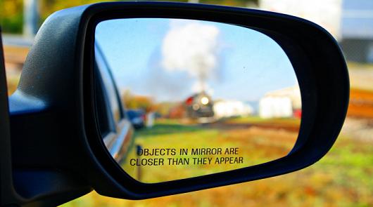 Для чего нужна вертикальная черта на водительском зеркале заднего вида