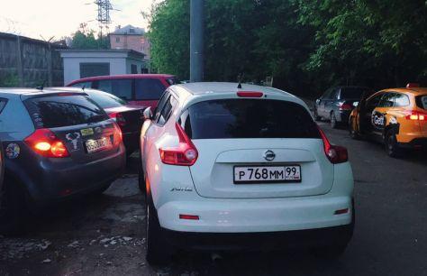 Машину заблокировала другая машина во дворе