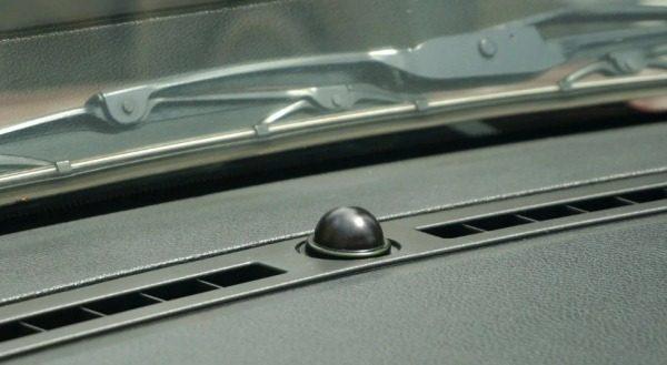 Для чего нужен шарик под лобовым стеклом автомобиля