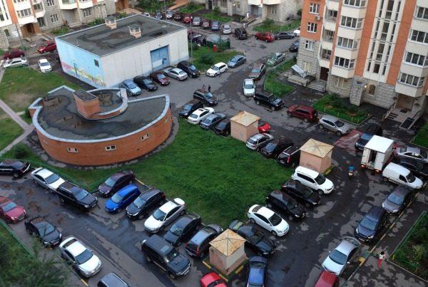 Верховный суд запретил парковать машины во дворах: что нужно знать об этом