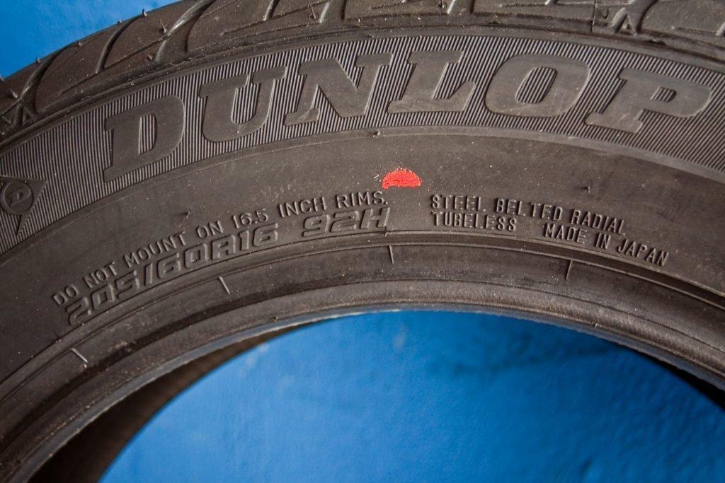 Что обозначают цветные полосы на шинах?