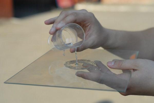 налить бензин на стекло