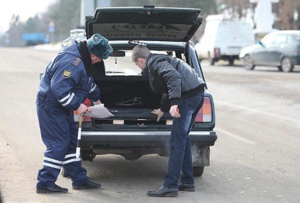 Положил в багажник - штраф: что нельзя перевозить в машине