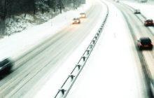 Разметку на дороге занесло снегом