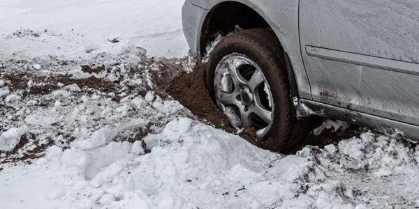 Как вытащить машину из снега одному: хитрый совет
