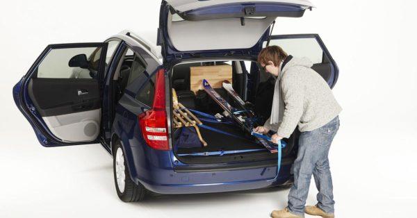 На отдых с лыжами: как упаковать снаряжение в машину