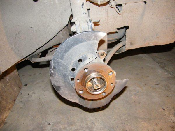 Где расположена ступица переднего колеса, ее строение и назначение