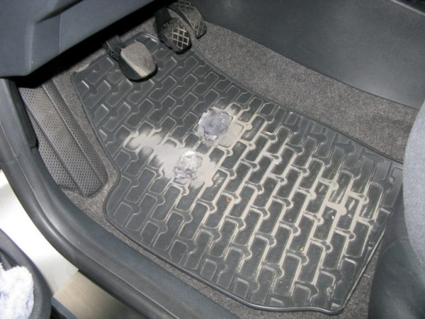 Как отремонтировать тканевый или резиновый коврик для машины