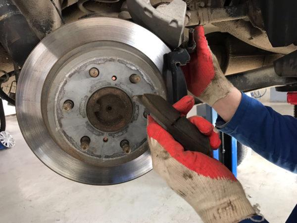 Как самостоятельно заменить тормозные диски и колодки
