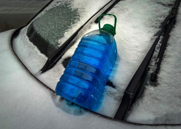 фото незамерзающей жидкости на машине