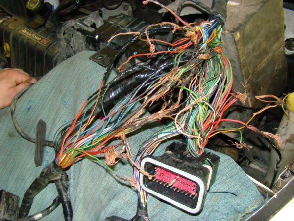 Повреждения в электропроводке.