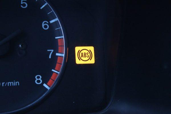 Почему загорается индикатор ABS на приборной панели: поиск причины неисправности