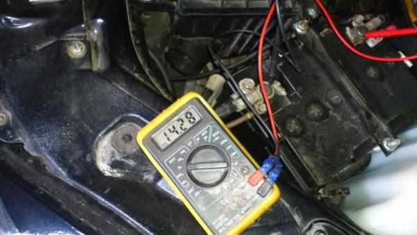 Почему горит индикатор аккумулятора на приборной панели и что делать