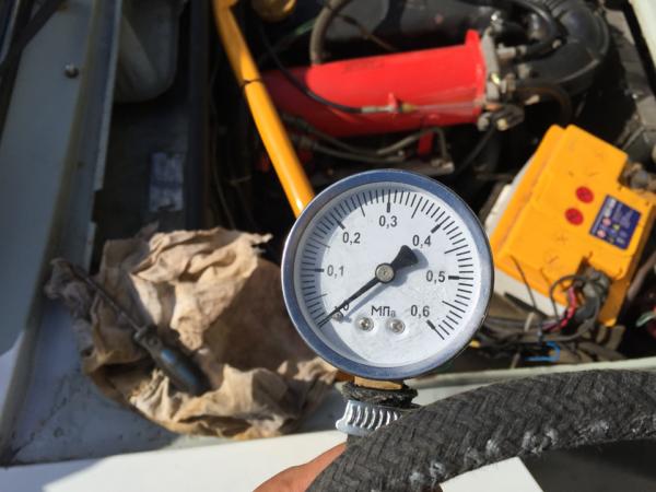 Почему одновременно троит двигатель и загорается чек: основные причины