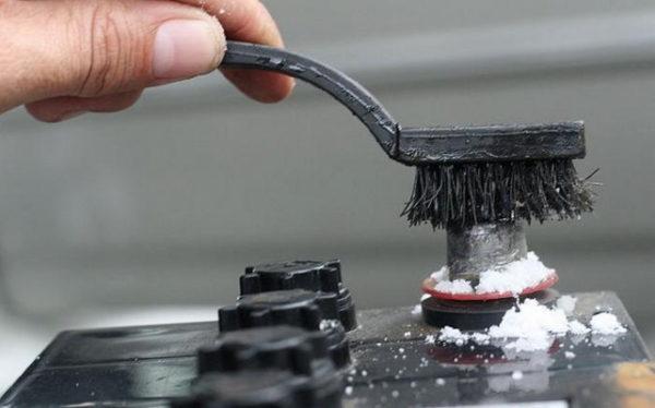 Способы очищения клемм аккумулятора от окиси и выбор средства