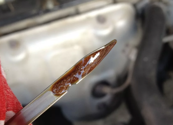 Почему моторное масло пенится на щупе и что делать