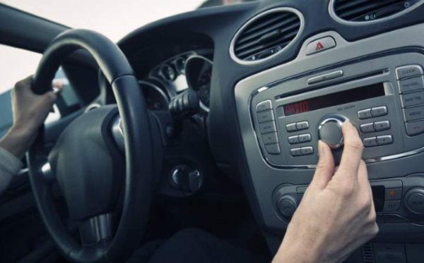 Почему во время запуска двигателя отключается автомагнитола и что делать